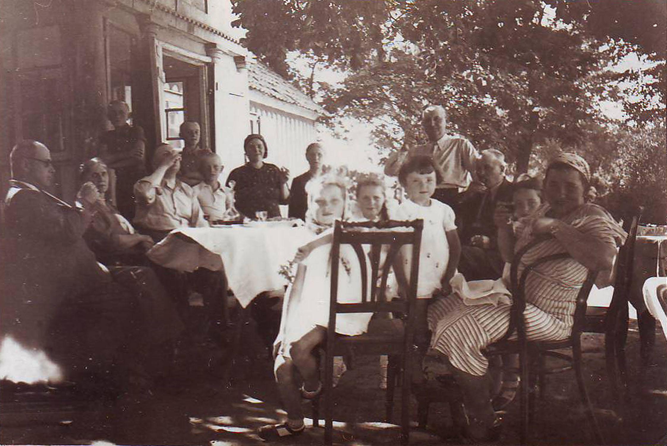 Spotkanie rodzinne przed dworkiem wKobuszynie